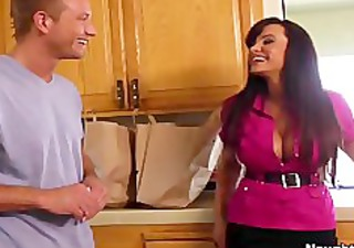 breasty cougar lisa ann seduces the delivery man